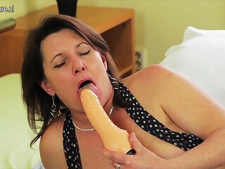 Kinky Housewife Getting Her Pussy Untidy - MatureNL